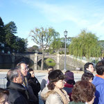 正門石橋(眼鏡橋)の手前の広場で列になって9時30分の開門を待つ