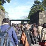 二重橋(正門鉄橋)を渡って宮殿東庭に入る