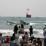 漁船のパレード。一般客も申し込めば乗船できる。
