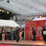 特設ステージでは、高知のお座敷遊び「しばてん踊り」が披露。河童の手拭いをかぶり、しばてん音頭を歌いながら踊る。