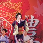 特設ステージで料亭「濱長」の芸者による日本舞踊が披露