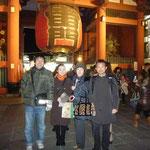 浅草寺へ初詣。雷門の前で長女夫婦と記念撮影
