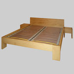 Doppelbett und Nachttische in astfreier Tanne gebeizt und gewachst. 210 x 180cm.
