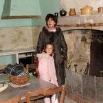 Avant : cuisine à rénover entièrement et cheminée pierre
