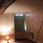 Avant : chambre d'enfant, au papier peint dessus et rideaux de recup.