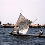 Bateau à voile sur le lac Nokoué. Il est frappant d'observer l'utilisation de ces voiles très semblables à celles qu'établissaient naguère sur leurs plates les pêcheurs de Grand-Lieu