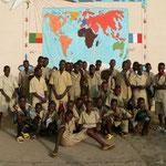 Les élèves du collège de Sô-Ava devant la fresque qui rappelle le jumelage avec le collège Lamoricière de St Philbert de Grand Lieu