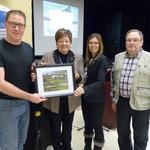M. Bernard Gaudreau, maire de Neuville, reçoit la photo du Gala de la Route des Fleurs 2016 remise par madame Johane Boucher responsable de la Route des Fleurs, en compagnie de Marie-Michelle Pagé et Rolland Hamel.