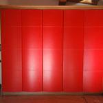 Cabina armadio con ante curve. Rivestimento esterno in cuoio rosso.