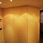 Cabina armadio in legno ricavata da un corridoio.