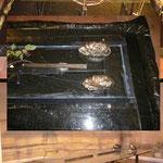 Les Gisants :  table de verre et plexiglas bâche bronze fil électrique pompe