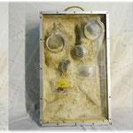 Love-Amor : série Objets-Trouvés Objets-Cassés, masques à gaz, sable, bois, aluminium,plomb, plexiglass
