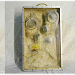Love-Amor :  masques à gaz, sable, bois, aluminium, plomb, plexiglass