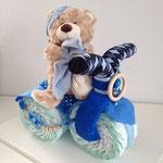 Windeldreirad  Farben: Rosa & blau  50 X Pampers Windeln (Simply oder Baby Dry, Grösse 3) 1 x Handtuch 50 x 100 cm 1 x Nuscheli 60 x 60 cm 1 x Paar antirutsch Socken 1 x Plüschtier gross oder Spieluhr 1 x Mini Kirschstein Kissen 1 x Set Greifling klein un