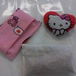 Kirschstein-Kissen ( Innenkissen kann man zum waschen rausnehmen) mit kleinem wohlduftendem Lavendelkissen! Liebevoll genäht mit Hello Kitty Muster Preis: 22.-