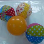"""Das ist eines meiner Lieblingsprodukte """"wink""""-Emoticon  Stoffhülle für einen normalen Luftballon, super praktisch zum Bällele! So geht der Ballon nicht so schnell kaputt! Einfach den inneren Ballon aufblasen, Ende zusammendrehen und unter die Lasche steck"""