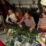 Taller de centros de flor cortada con niños.