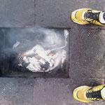 17.09.2009: Da ich meine Schuhe als Andenken behalten möchte, verbrenne ich meine Socken :-)