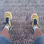 """13.08.2009: Meine Schuhe im Innenhof der Kirche """"Santa Maria de Eunate"""""""