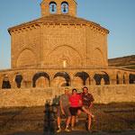 """13.08.2009: Abendsonne zusammen mit Jesus & Sara vor der 'magischen' 8-eckigen Kirche """"Santa Maria de Eunate"""""""