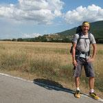 10.08.2009: Auf dem Weg, im Hintergrund das schöne Städchen 'Artieda'