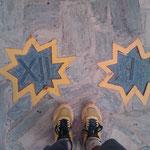 """01.09.2009: Gelbschwarze Sonnenuhr am """"Cruz de Ferro"""", 12+1=13"""