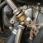 Der technische Teil sieht gut aus. Der Motor, der Kühler und wie hier sichtbar das Heizungsventil und die besonderen Schläuche, sind tip top!