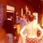 Zum Glück steht das Buffet nicht unter Wasser. Rudi gönnt sich mit Ingo Lanzdorf auf den Schock ein Bier.