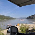 In Dawson City gehts zuerst mit der Fähre über den Fluss.