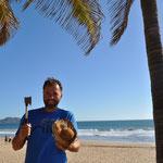 """Robinson Crusoe"". Mit dem Beil gehts der Kokosnuss an den Kragen."