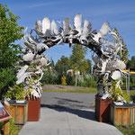 Ein Torbogen aus Geweihen, welche aus ganz Alaska zusammengetragen wurden.