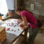 Angi beim Aussuchen von kleinen Stücken.