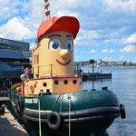 Ein ehemaliges Schlepperboot bietet Hafenrundfahrten an.