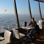 Wir gönnen uns auch hier ein bisschen Luxus und so essen wir hoch oben im Drehrestaurant.