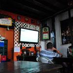 In San Ignacio verkrümelten wir uns in eine Bar und schauten das WM-Fussballspiel, unter anderem Argentinien-Belgien.