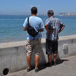 Die Männer geniessen die Meersicht - die Frauen sind am fotografieren.