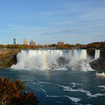 Die American Falls und rechts die Bridal Veil Falls.