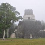 """Früh am Morgen lag der """"Tempel der Masken"""" noch im Nebel."""