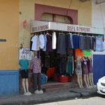 Ropa Americana. Getragene Kleider aus den USA werden hier wieder verkauft.