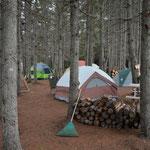 Ein Teil der Familie wird die (kalte) Nacht in Zelten verbringen.