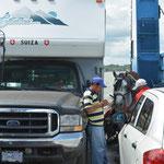 Was die Fähre nicht alles transportiert... Autos, Truck-Camper, Pferde...