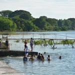 Die Dorfjugend vergnügt sich im See.