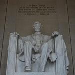 Und hier sitzt er, der ehemalige Präsident Abraham Lincoln.