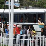 Die Strassenhändler belagern den bald abfahrenden Bus.