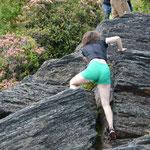 Ihr Begleiter sagte, sie lebe halt in der Stadt und trage sonst nur High Heels... Gefährliche Klettereien.