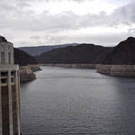 Blick vom Hoover Dam auf den Stausee.