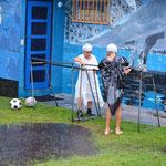 Der costa-ricanische Fussballnachwuchs hat ganz spezielle Regen-Tenüs :-)