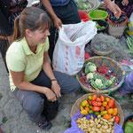 Angi kauft feine Früchte und Gemüse ein.
