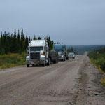 Ab und zu kamen uns Lastwagen entgegen und auch durch die Räder aufgewirbelte Steinchen.