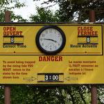 Auch hier warnt eine Tafel vor der Flut.